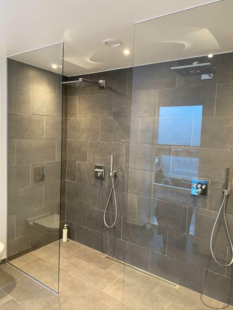 Glasvæg til badeværelse med to brusere