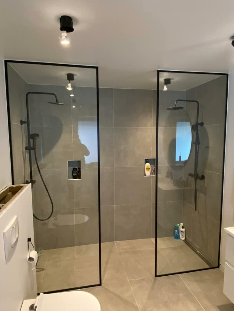 Dobbelt glasvæg til badeværelse med sort ramme